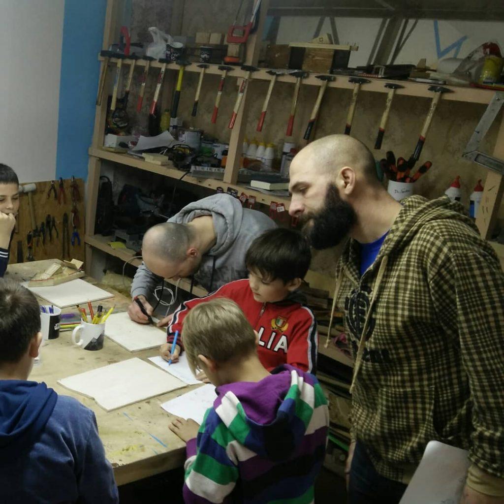 """Християнин в Черкасах проводить безкоштовні курси для хлопчиків """"Мудрий тесля"""""""